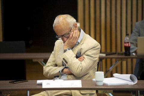 Mange trodde han sov, men det dreier seg om  en lytteteknikk, forteller Herman Friele selv.
