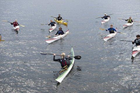 Kurset innbefattet også øving på å gå rundt med kayakken, samt forsøk på å avverge det.