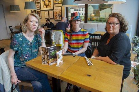 Eva Kirkevik (fra venstre), Iva Srot og Hanne Karlsen er irriterte på det nye elektriske elementet i byrommet.