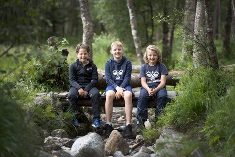 Herman Hjortland (10), Brede Lerøy (10) og Jonatan Helle Takle (10) nyter sommerferie og aktivitetsleiren.