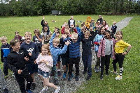 Selv om barna kunne kjenne et par regndråper i dag – var det god stemning blant de unge.