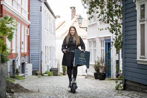 Karoline Fredheim Nilssen er salgssjef på det nyåpnede meglerkontoret og suser rundt på visninger på elektrisk løperhjul.