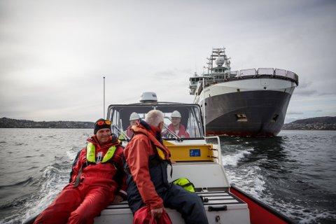 «Nautilus»-kjenner Halvor Mohn og historiker Arild Marøy Hansen var med for å vurdere tilstanden til det historiske vraket. Mohn er tidligere sjøkaptein. og har vært med på svært mange undersøkelser av «Nautilus». Marøy Hansen jobbet tidligere på Sjøfartsmuseet og kan mye om hva som ligger på havbunnen utenfor Bergen.