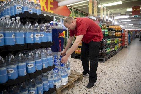 Butikksjef Torbjørn Thane ved Amfi-senteret på Askøy selger merkbart mer kjøpevann enn før, selv om det nå har gått ett år siden drikkevannskandalen på øyen.