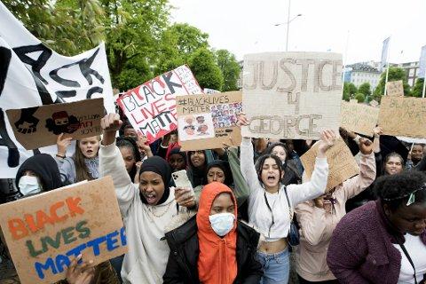 """Det var hovedsakelig tusenvis av ungdommer som møtte opp på Festplassen fredag ettermiddag for demonstrasjonen """"Black Lives Matter - Justice for the black community""""."""