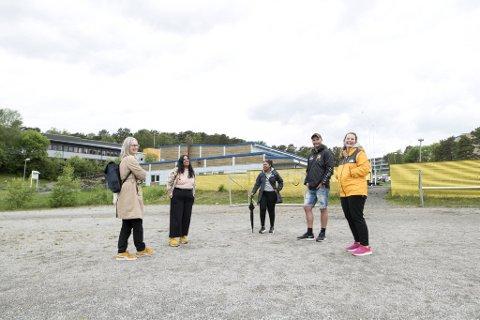 Gina Landro, Lubna Jaffery, Amina Amin, Remy Dahle og Camilla Hellevik på grusbanen ved Flaktveithallen. Den håper de å kunne opparbeide til et fint aktivitetsområde for barn og unge.