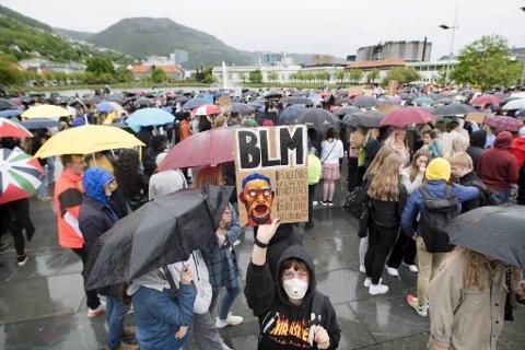 Rundt to tusen personer deltok på demonstrasjonen på Festplassen fredag.