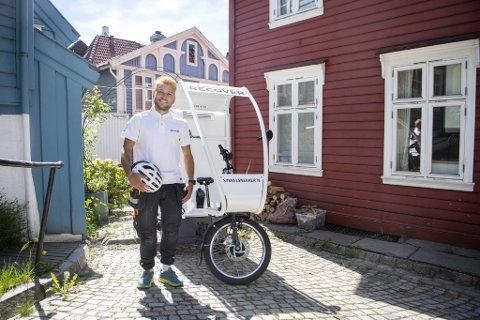 Benjamin Stensland Knutsen er byens første sykkel-snekker. - Den er en drøm å sykle på. Jeg kommer meg opp Melkeplassen i 25 kilomenter i timen, skryter Knutsen.