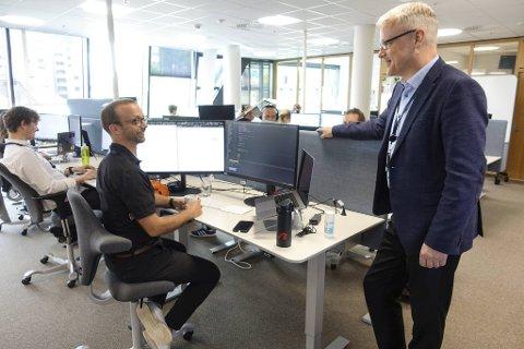 Bulder Bank stjeler kunder fra de store på grunn av sine gunstige rentebetingelser. Senior systemutvikler Johnny Øvreberg (til v.) og banksjef Torvald Kvamme har på halvannet år lånt ut over 11 milliarder kroner.