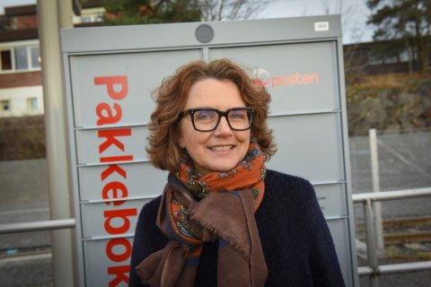 Konsernsjef Tone Wille i Posten ved aller første Pakkeboks, lansert i januar i år. Siden har flere pakkebokser blitt satt ut.