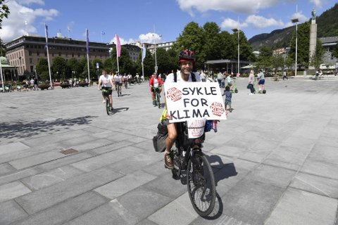 SPREK BERGENSER: Etter å ha syklet 2200 kilometer ankommer Normann Natland festplassen i Bergen. Bak følger byråd Thor Haakon Bakke og medlemmer i bevegelsen Besteforeldrenes klimaaksjon.