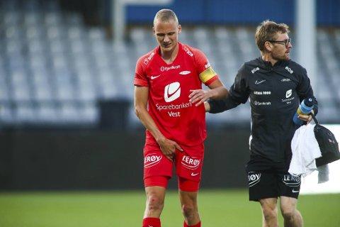 Her hjelpes Kristoffer Barmen av banen av manuellterapeut David Tovi i kampen mot Sarpsborg. Det er usikkert om han når kampen søndag.