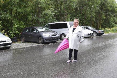 Anne Markussen er lei av at biler uten skilt henstilles utenfor huset.