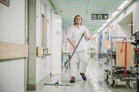 Jacob Knagenhjelm holder ortopedisk avdeling ren. – Mens jeg mopper tenker jeg på livet, døden, damen min og helgefri, smiler han.