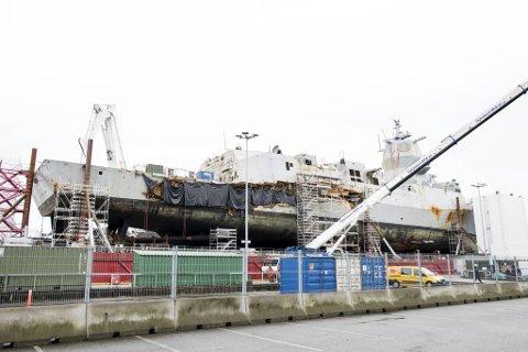 KNM «Helge Ingstad» ble fraktet til Haakonsvern for undersøkelser etter kollisjonen ved Stureterminalen.