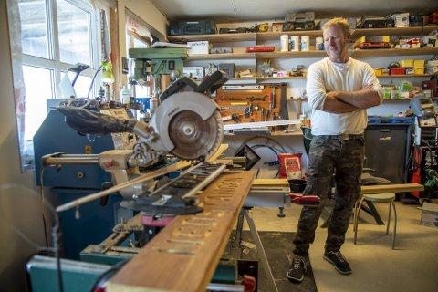 Olav Husa (48) lager treskilt for å ta vare på gamle stedsnavn på Fedje.