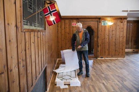 Disse glassvinduene skal settes inn i de gamle dørene inne i bygget. De er laget av de samme som også har produsert til Nodarosdomen. Bare dette kostet 70.000 kroner, forteller Harald Nævdal.