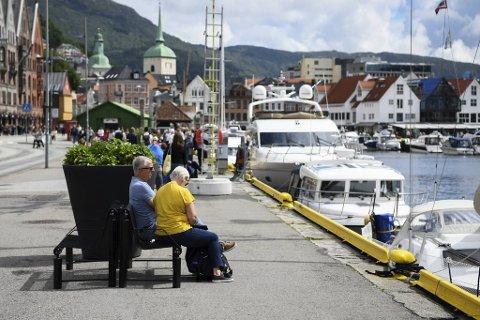 Nå kan bergenserne juble. Etter spetakkelet tidligere i uken, er benkene tilbake på Bryggekaien.