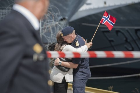 Flaggkommandør Yngve Skoglund gir konen Vibeke en varm klem på Haakonsvern-kaien etter å ha vært seks måneder ute på NATO-tokt.