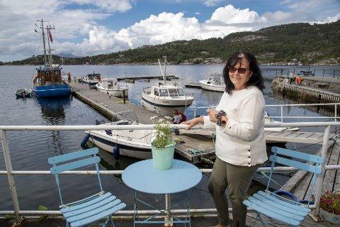 – Jeg elsker dette selv om der mye arbeid for lite penger, sier Åse Lene Vatne. Hun står balk det populære                                    feriesenteret på Dinga i Ytre Sogn.