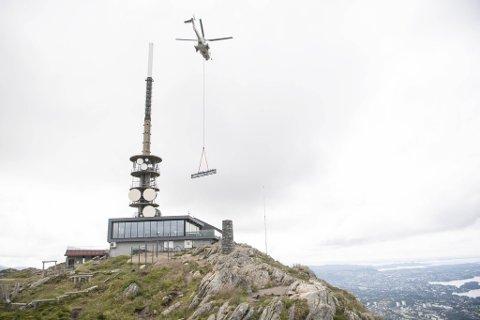STORT PROSJEKT: Fordelt på ni etapper, transporterte Super Puma helikopteret en 20 tonns last fra Arna til Ulrikstoppen. Nå som kranen er på plass begynner ballen virkelig å rulle. Arbeidet mot nye Ulriksbanen er for alvor i gang.
