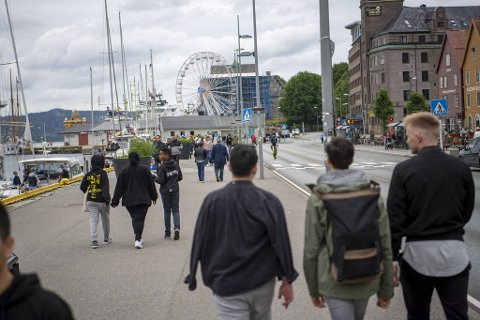 Slik ønsker byrådet at Bryggen skal se ut frem til 16. august: Mange myke trafikanter og få kjøretøyer. I bakgrunnen ser vi Lunds Tivoli som trekker en del folk til Festningskaien nå i sommer.