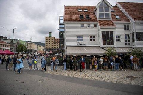 Restauranten Oliva på Zachariasbryggen har langt flere gjester i juli enn de hadde forventet. Køene utenfor er vidstrakte, men det er usikkert hvilken effekt bilfrie Torget og Bryggen har på besøket.