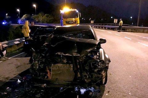 Det var store materielle skader på bilen etter nattens sammenstøt.