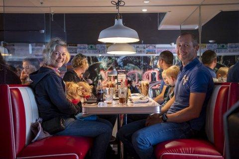 Ane Fyksen, Anna Espeland, Lars Espeland. og Haakon Espeland venter spent på maten.