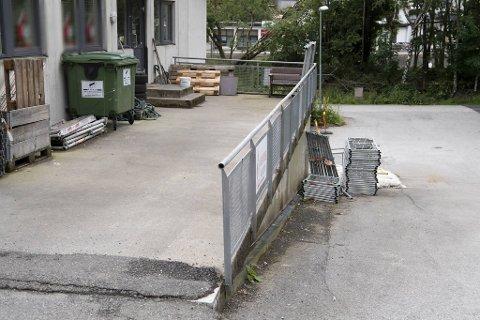 Her ligger stillasdeler utenfor forretningsadressen til konkursbedriften Stillas Bergen AS. Stillas Vest AS, som har fortsatt virksomheten, holder til på samme adresse;  Glasskaret 1D i Øvre Ervik.