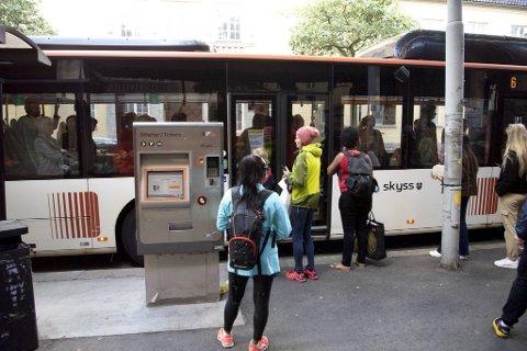 På busstoppet i Lars Hilles Gate blir BA vitne til at buss kjører fra passasjerer.