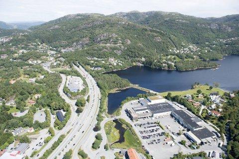 Grunneierne vil gjøre indsutri-tomten i Eidsvåg om til boliger. Men nå skal motorveien flyttes dit. SV og Rødt har sikret at det skal reguleres et lokk over motorveien der, frem til vannet.