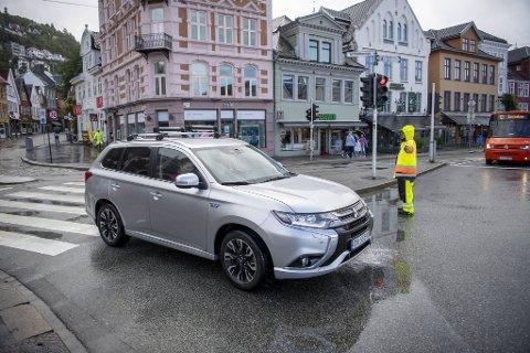I seks uker er deler av Bergen sentrum stengt for biltrafikk. Gulkledde trafikkvakter passer på at privatbilister ikke kjører ulovlig over Torget.