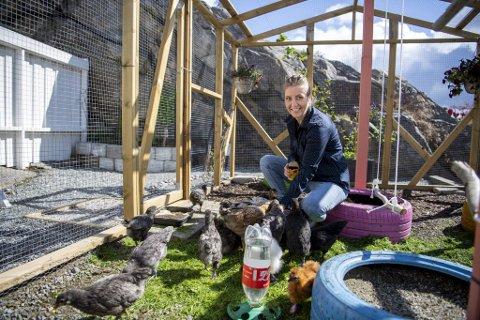 Alice Andreassen i hønsegården Tippe Tunet ønsker at barn og unge skal få komme på besøk som en del av et alternativt tilbud.