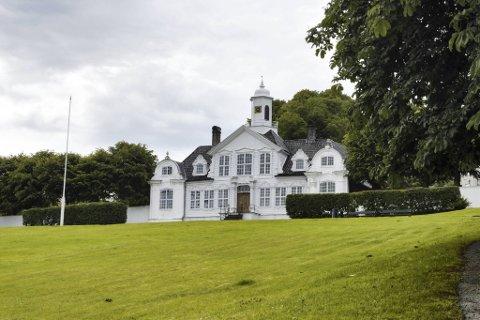 Damsgård Hovedgård er ett av ni museer under Bymuseet, og er i sommer åpen for utendørs omvisning i hagene.