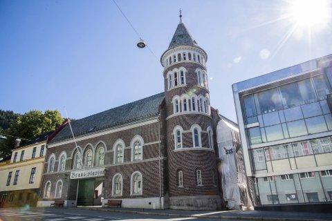 Den historiske gamle hovedstasjonen har fått sitt originale ytre tilbake, men prosjektet er ikke helt fullført. Den siste veggen (til høyre i bildet) gjenstår, men ikke mye lengre.