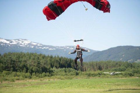 – Noen liker å «swoope» langs bakken under landing, jeg er ganske konservativ i flygningen, sier NM-deltaker og artistmanager Jan Fredrik Karlsen. Her går han inn for landing under mesterskapet på Bømoen.