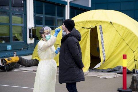 To negative koronatester må til før helsepersonell kan jobbe med pasienter i Bergen kommune fremover. Bildet er fra en tidligere anledning.