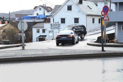 """Det er fremdeles mange som bruker denne bakken i Isdalstø like ved Knarvik, for å slippe unna bompenger.  Bilen bak Teslaen gjør en helt lovlig manøver ettersom sjåføren bor i et hus i nærheten. Om Teslaen tar en """"spansk en"""", er uvisst."""