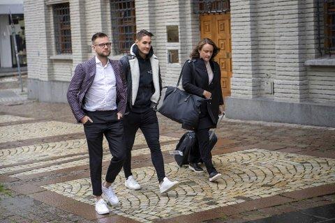 Her er styreleder Espen Rønneberg og daglig leder Johan Olofsson  i el-sparkesykkelselskapet Ryde på vei inn i Bergen tingrett sammen med sin advokat Anne Christine Wettre.