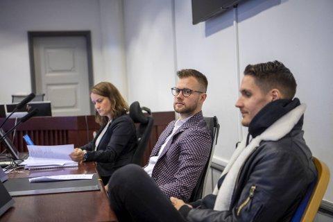 Rydes advokat Anne Christine Wettre (til v.) møtte tirsdag i Bergen tingrett sammen med styreleder Espen Rønneberg og daglig leder Johan Olofsson i el-sparkesykkelselskapet Ryde. Nå kjemper de for retten til å drive virksomheten sin videre i Bergen.