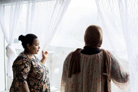 Rahel Drage (t.v.) og seksbarnsmoren drømmer om å få gi barna sine et permanent hjem etter årevis med flytting til nye mottak.