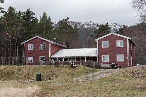 Paret fra Bergen har betalt 3,6 millioner kroner for feriestedet. Det er elleve hytter, forsamlingshus og lavvo på tomten. På begge sider er det badestrender.