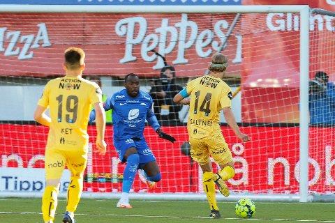 Bodø/Glimts Ulrik Saltnes (t.h.) i duell med Branns keeper Ali Ahamada under eliteseriekampen i fotball mellom Bodø/Glimt og Brann på Aspmyra stadion.