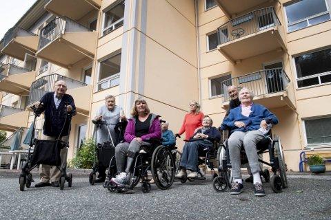Erling Rasmussen (96), Terje Hopland (76), Gunn Ellingsen (67) Olga Lønne (99), helsefagarbeider Solveig Hansen, Aud Høllre (88), Jon Børsheim (81) og Ingeborg Haukås (93) er alle bekymret over at en miljøarbeider forsvinner.
