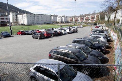 Plan- og bygningsetaten mener denne parkeringsplassen er bygget ulovlig, og har varslet tvangsmulkter.