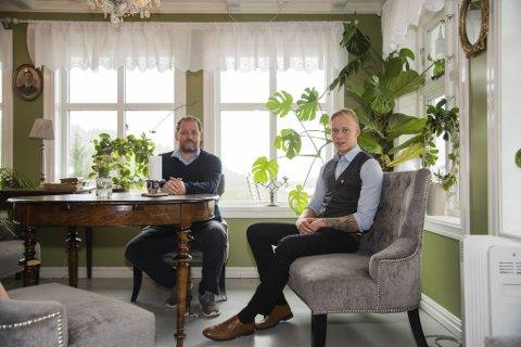 Hotellsjef på Haaheim Gaard, Torstein Hatlevik (til venstre), og Håkon Kongsvik er fornøyd med at driften er tilnærmet normal etter koronakrisen.