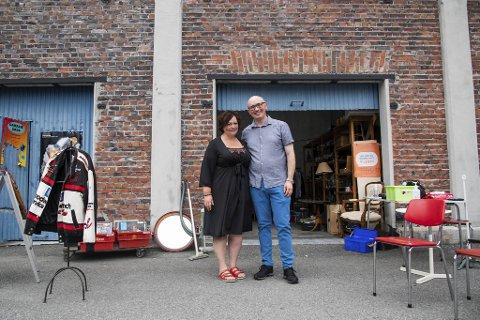 Lindeplassen i Odda betyr alt for Elin Myran og Stian Smith Hansen. Her har de pop up-bruktsalg i sommer, og i august skal de vies på samme sted.