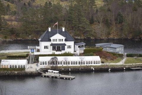 Fra november i fjor til forrige uke lå husbåten (til høyre) til kai ved Solholmen i Alver.