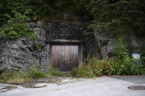 Bak disse dørene er drikkevannsbassenget Bergen Vann mistenker er forurenset. Her ved inngangen fra Rognlien i Øyjorden.